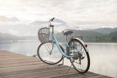 Fahrrad mit der sch?nen Ansicht an der Sonne-Mond-See Fahrradspur stockbild