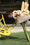 Fahrrad mit einem Korb voll vom Brot Stockfotos