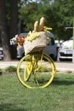 Fahrrad mit einem Korb voll vom Brot Lizenzfreies Stockfoto