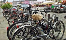 Fahrrad mit einem Pelzsattel im Parken Lizenzfreie Stockfotografie