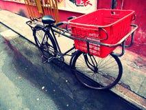 Fahrrad mit einem roten Korb (Lomo Gefühl) Lizenzfreie Stockfotos