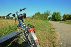 Fahrrad mit einer Bank Lizenzfreies Stockfoto