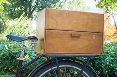 Fahrrad mit Holzkiste Lizenzfreie Stockfotografie