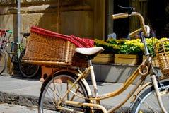 Fahrrad mit Korb stockfotografie