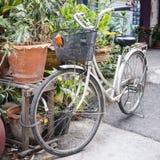 Fahrrad mit Korb wird in der Straße geparkt stockbilder