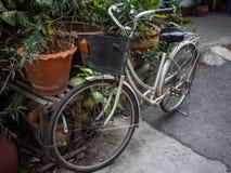 Fahrrad mit Korb wird in der Straße geparkt lizenzfreie stockbilder