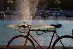 Fahrrad mit mit Brunnentropfen Stockfoto