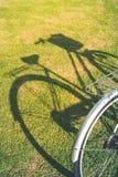 Fahrrad mit Schatten Stockfotografie