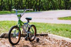 Fahrrad mit Training dreht herein den Park Lizenzfreie Stockfotos