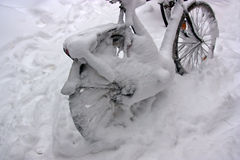 Fahrrad nach Schneesturm Lizenzfreie Stockfotos