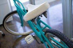Fahrrad nahe Bürotür Stockfotos