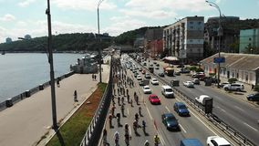 Fahrrad-Parade von jungen sportiven Männern und von Frauenradfahrern, die entlang Dnipro-Fluss reiten Brummenschussansicht stock video footage