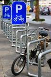 Fahrrad-Parkplatz mit dem Fahrrad Stockbilder