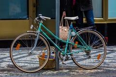 Fahrrad parkte auf einer Straße mit dem Korb des Lebensmittels Stockfotos
