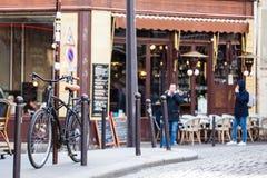 Fahrrad parkte an einer Ecke auf der berühmten Nachbarschaft von Montmartre lizenzfreies stockfoto