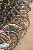 Fahrrad parkte an einer Schule Stockbilder