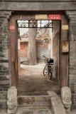 Fahrrad parkte im alten Hutongs von Peking stockbilder