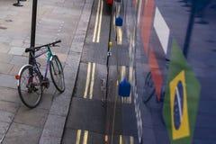 Fahrrad parkte sicher entlang Bushaltestelle in der Stadt im Stadtzentrum gelegenes London, England, Großbritannien stockfotografie