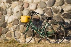 Fahrrad propped auf Wand Stockfotografie