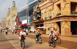 Fahrrad-Reiten entlang der Promenade lizenzfreies stockfoto