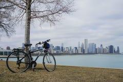 Fahrrad, Skyscapers und skylin von Chicago und von Michigansee von Lizenzfreies Stockfoto