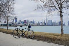 Fahrrad, Skyscapers und skylin von Chicago und von Michigansee von Lizenzfreies Stockbild