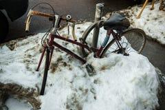 Fahrrad Snowbank Stockbilder