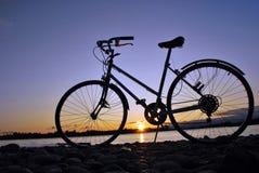 Fahrrad in Sunset See Lizenzfreie Stockbilder
