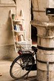 Fahrrad und Bücher Stockbilder