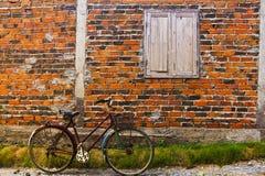 Fahrrad und Backsteinmauer Stockfoto