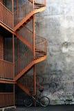 Fahrrad und ein Treppenhaus stockbild