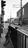Fahrrad und Förderwagen im frühen Morgen Stockbilder