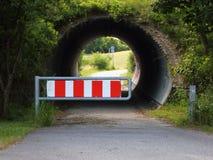 Fahrrad-und Fußgänger-Tunnel mit Auto-Sperre Stockfoto