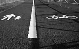 Fahrrad- und Fußgängerweg in Schwarzweiss Stockfotos