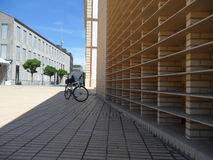 Fahrrad und Linien des modernen Gebäudes in Vaduz lizenzfreie stockfotos