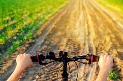 Fahrrad und Mann auf Naturabschluß oben, Reise, gesunder Lebensstil, Landweg Sonniger Tag Fahrradreiten stockfoto