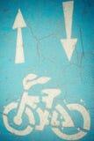 Fahrrad- und Pfeilzeichen Stockfotos
