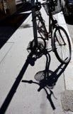 Fahrrad und sein Schatten Lizenzfreie Stockfotos