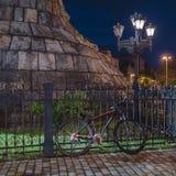 Fahrrad unter dem Monument Lizenzfreies Stockbild