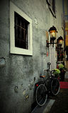 Fahrrad unter Fenster Stockfotografie