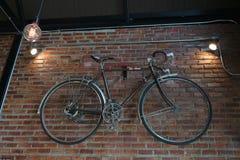 Fahrrad verziert auf einer Backsteinmauer, klassische Art lizenzfreie stockbilder