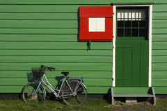 Fahrrad vor einem gezimmerten Haus Stockbilder
