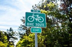 Fahrrad-Weganfang an einem Sommertag stockfoto