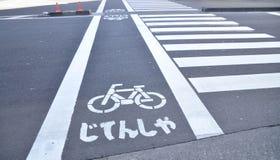 Fahrrad Zeichen und Crosswalk Lizenzfreie Stockbilder
