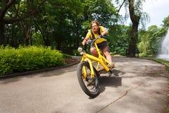 Fahrradbote mit dem Frachtfahrradschnellfahren Lizenzfreie Stockfotos