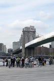Fahrradexkursion mit Reiseführer unter Brooklyn-Brücke Stockbilder