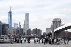 Fahrradexkursion mit Reiseführer unter Brooklyn-Brücke Lizenzfreie Stockfotografie