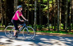 Fahrradfahrt auf Spur Stockfoto