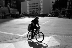 Fahrradfahrt des frühen Morgens lizenzfreies stockbild