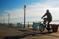 Fahrradfahrt des frühen Morgens stockbild